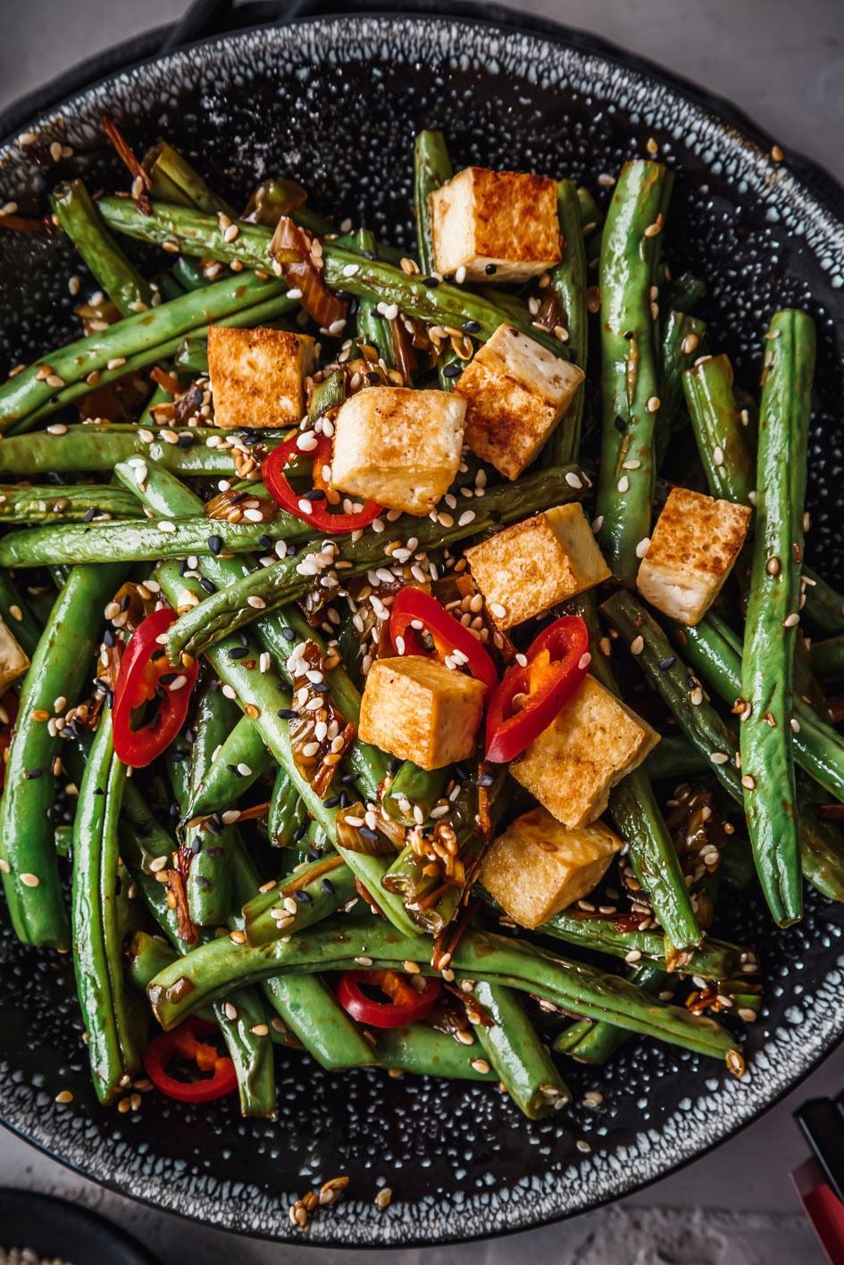 Tofu-Gemüse-Pfanne mit Bohnen in Schüssel