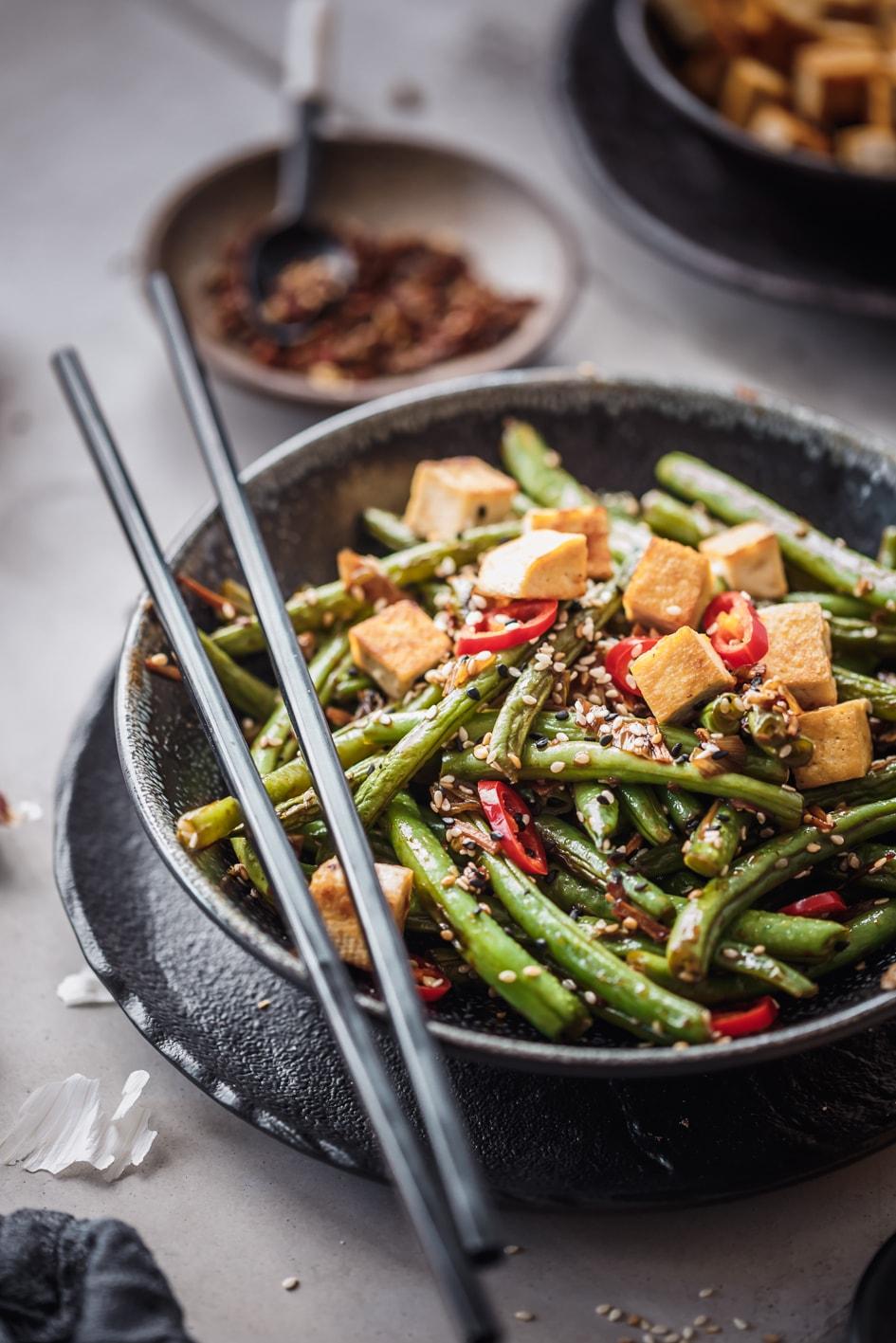 Tofu-Gemüse-Pfanne in Schale mit Essstäbchen