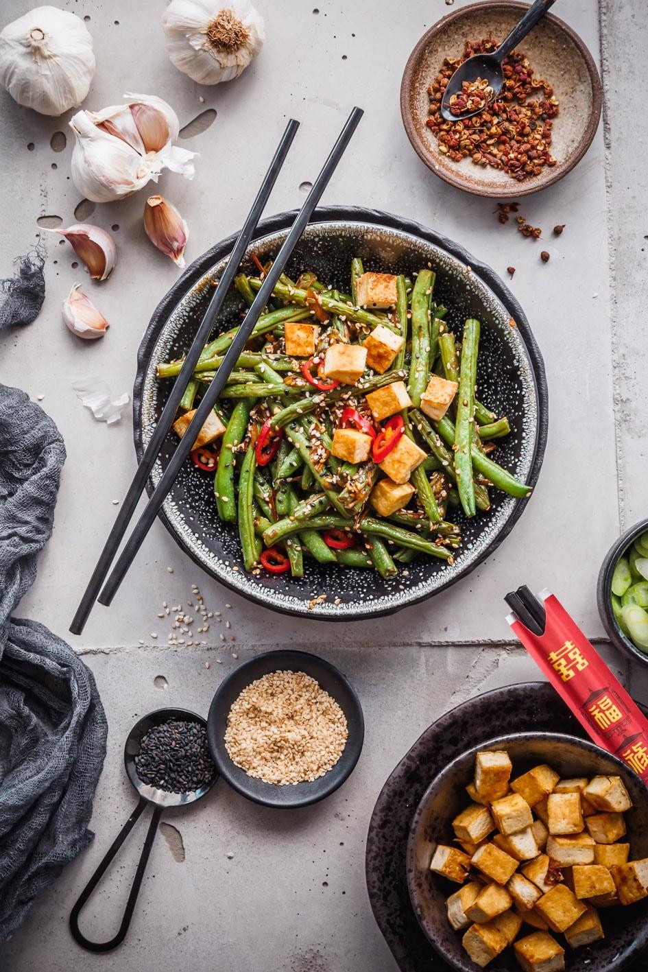 Tofu-Gemüse-Pfanne mit Zutaten auf dem Tisch