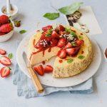 Angeschnittener Cheesecake ohne Boden mit Erdbeeren