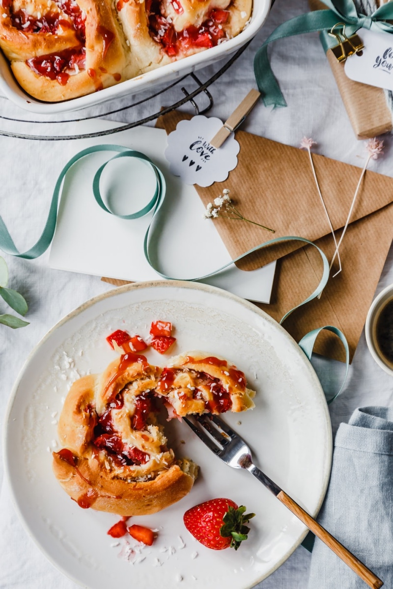 Erdbeerschnecken in Auflaufform und auf einzelnem Teller