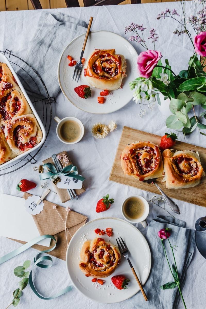 Erdbeerschnecken auf geschmücktem Tisch für Muttertag
