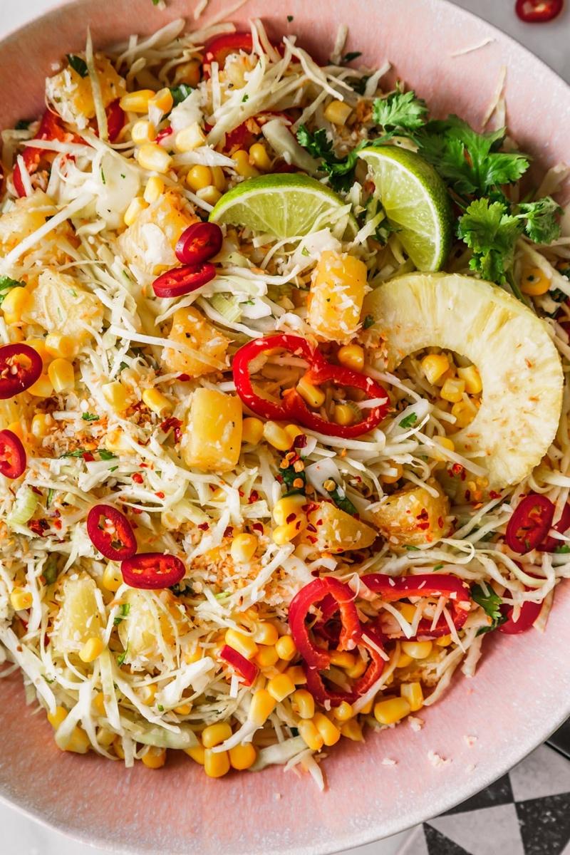 Veganer Krautsalat mit Ananas, Paprika, Limetten und Lauchzwiebeln