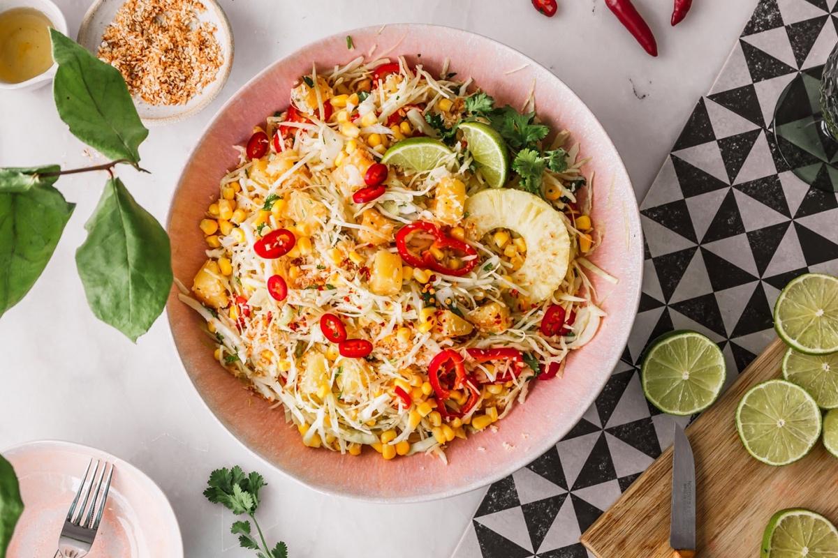 Veganer Krautsalat mit Ananas, Limette und Chili in großer Schüssel