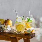 Zwei Gläser Zitroneneistee ohne Zucker auf Holzbank