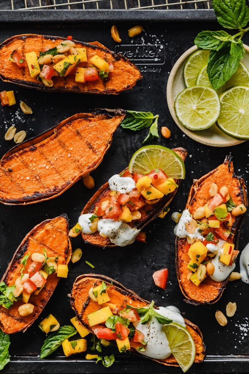 Gegrillte Süßkartoffel mit Grillstreifen und Toppings