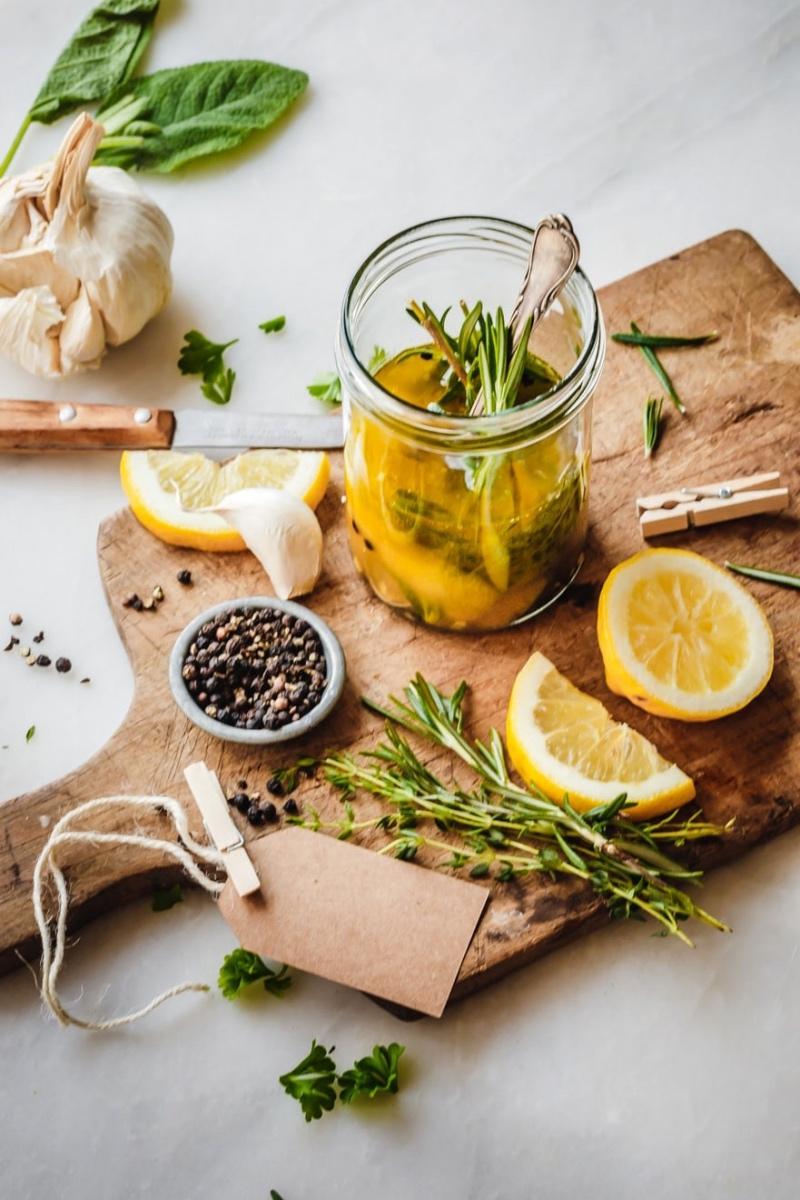 Zitronen-Ingwer-Marinade mit Zutaten auf Holzbrett