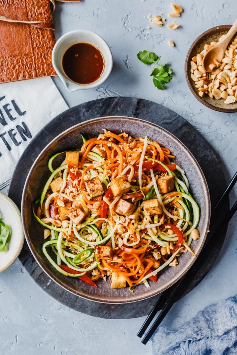 Pad Thai mit Tofu und Gemüsenudeln auf gedecktem Tisch