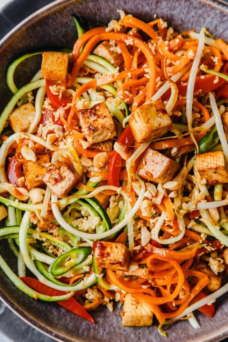 Pad Thai mit Gemüsenudeln, Paprika, Tofu, Sprossen und Erdnüssen