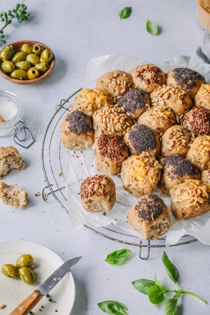 Glutenfreier Brotkranz mit Käse, Mohn und Kernen auf Kuchenrost