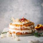 Pfirsich-Quark-Torte auf gedecktem Tisch