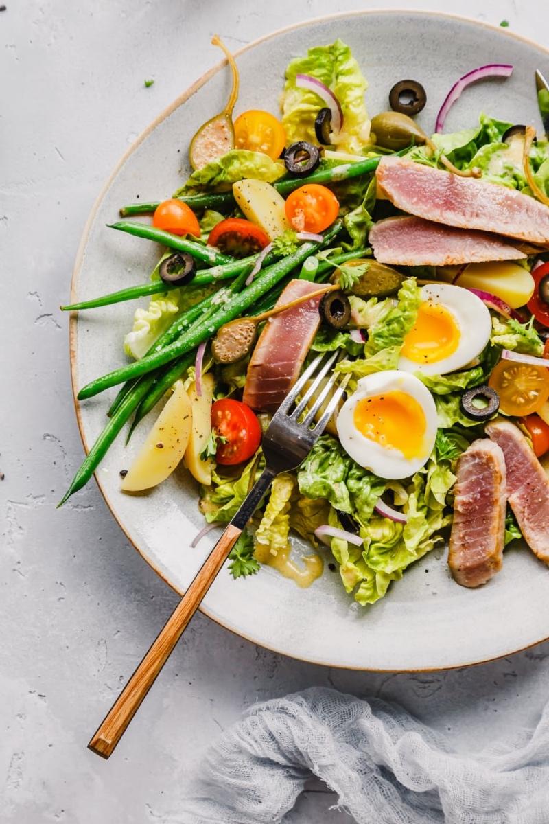 Teller Salat Nicoise mit Gabel