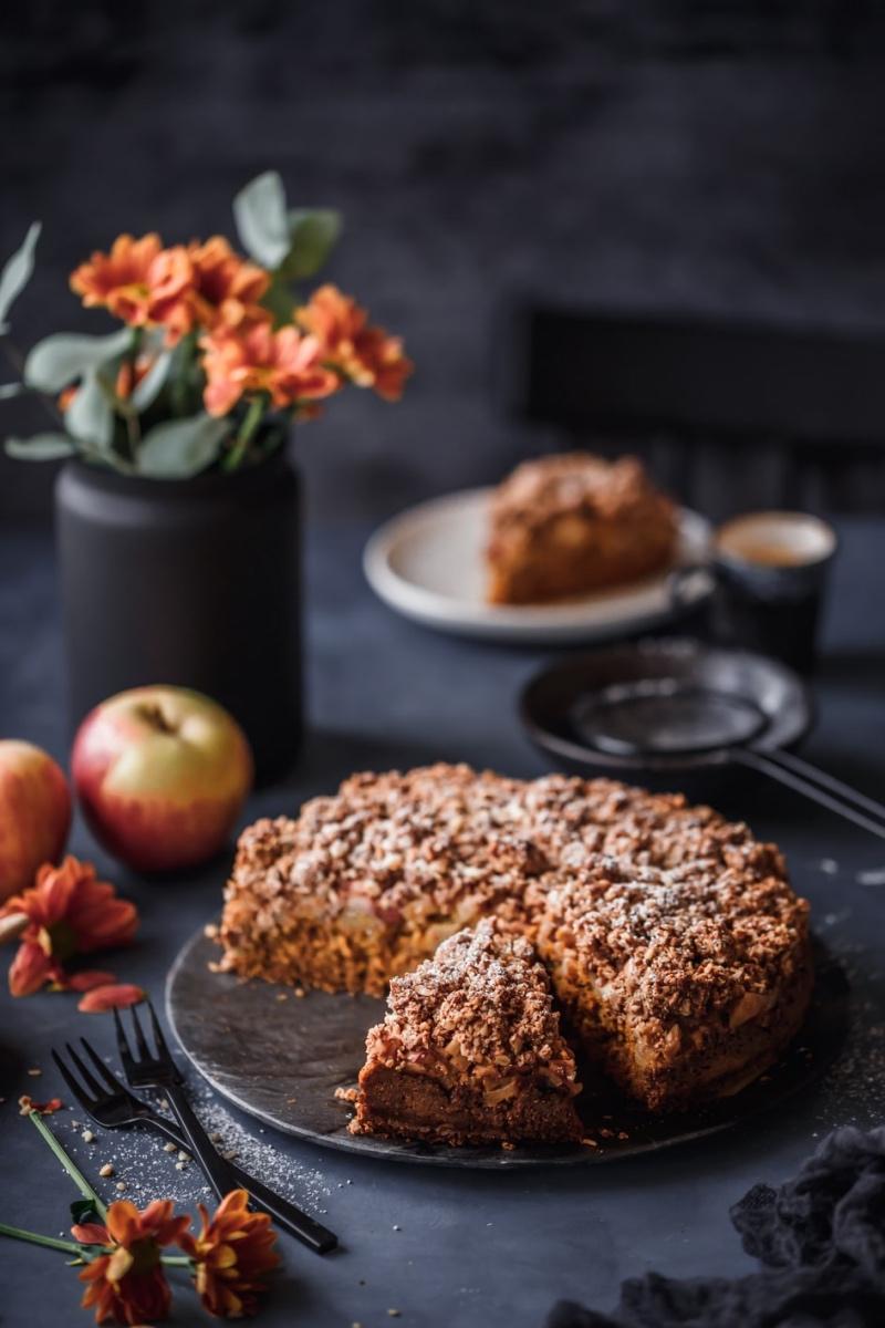 Angeschnittener Kürbis-Apfel-Kuchen mit Streuseln