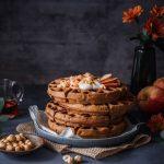 Apfelwaffeln ohne Zucker übereinander in herbstlichem Setting