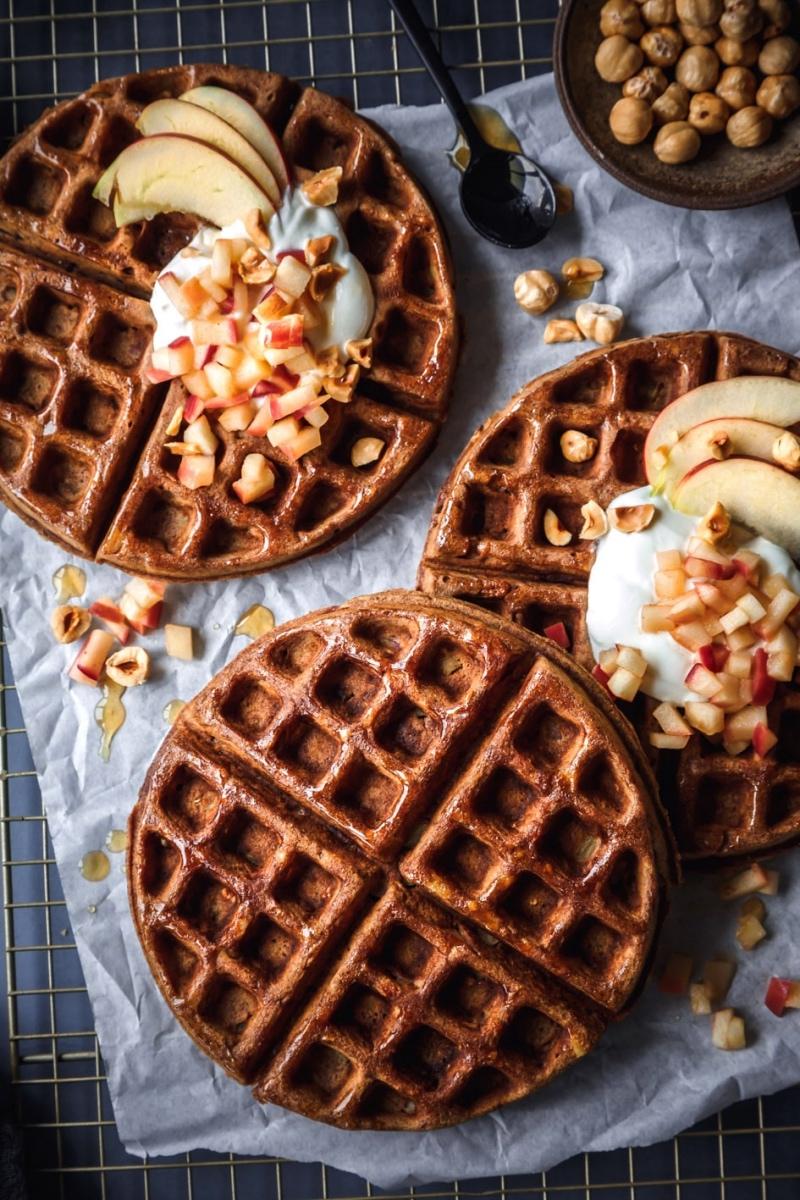 Apfelwaffeln mit Joghurt, Äpfeln und Mandeln getoppt