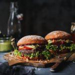 Zwei Black Bean Burger auf Holzbrett