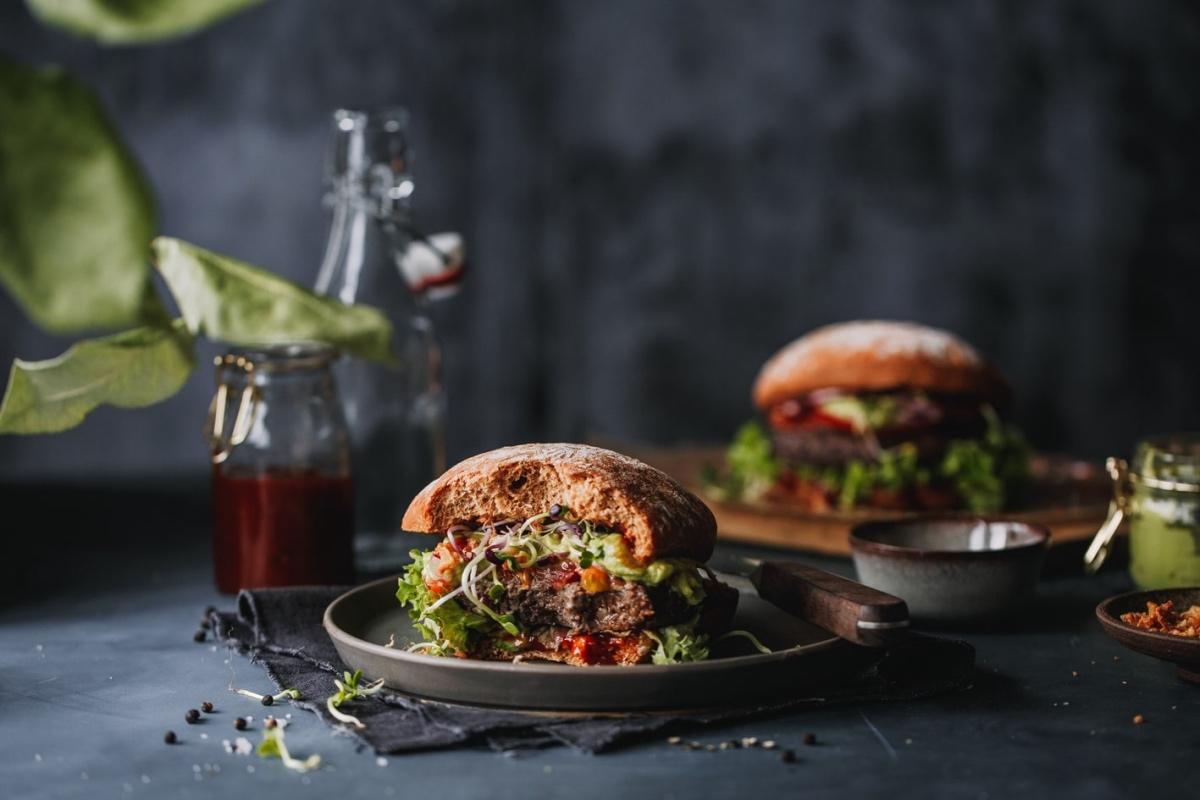 Zwei Black Bean Burger auf gedecktem Tisch