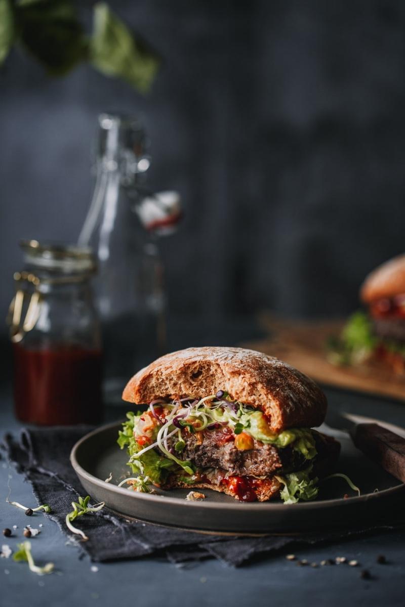 Angebissener Black Bean Burger auf Teller