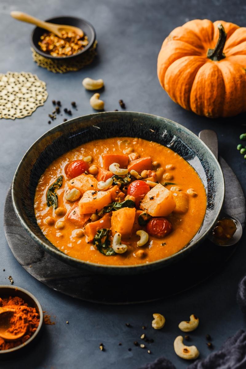 Kürbis-Kichererbsen-Curry mit Toppings angerichtet