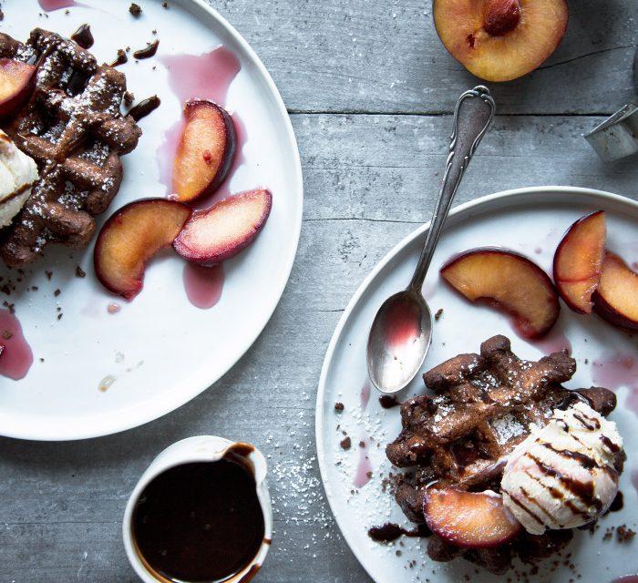Schokoladenwaffeln mit Vanilleeis und warmen Pflaumen