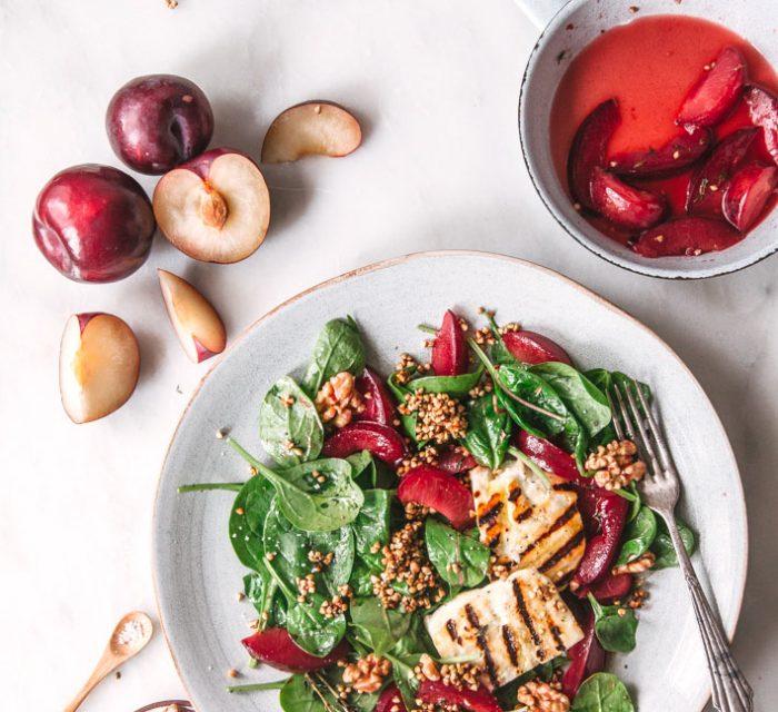 Salat mit Pflaumen, gegrilltem Halloumi und Walnüssen