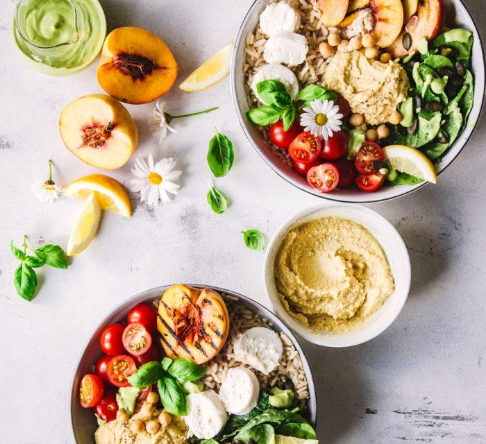 Bunte Sommerbowls mit Hummus